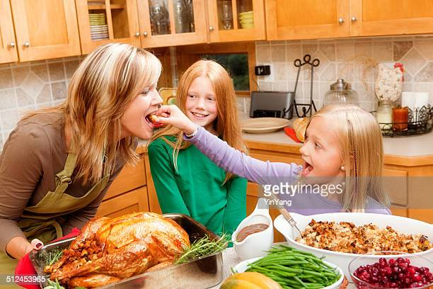 Cocina para la cena del Día de Acción de Gracias y Navidad en familia con los niños en la cocina