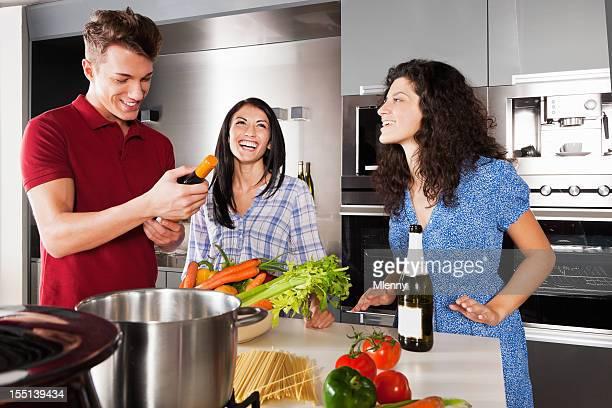 Pasta friends foto e immagini stock getty images for Cucinare x cena