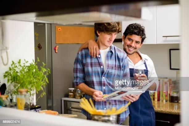 Kochen zusammen.