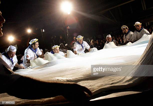 Cooks prepare a maxi pizza in Naples' 'Citta della Scienza' fair late 27 September 2004 The maxi pizza five meters and nineteen centimeters of...