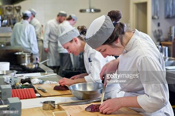 一部のお料理を準備するには、産業用のキッチン
