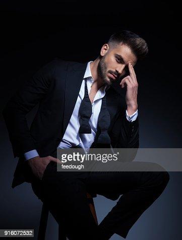 hombre elegante fresco en smoking con un dolor de cabeza : Foto de stock
