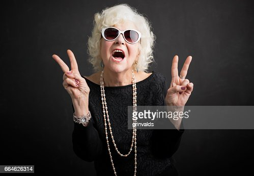 Cool grandmother showing peace sign : Foto de stock