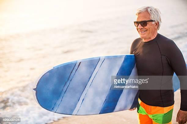 Bella senior surfista