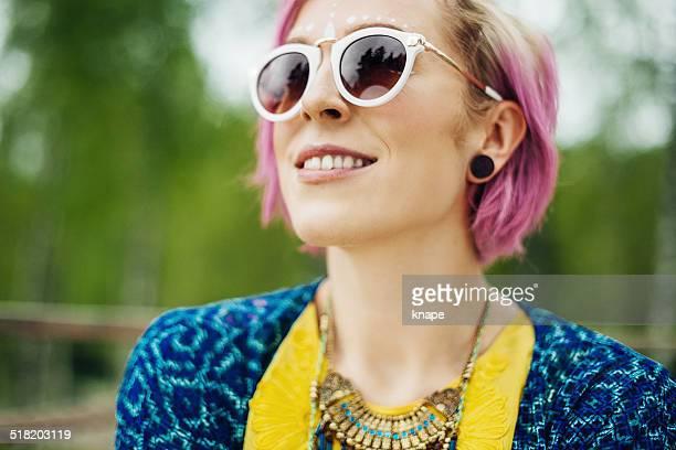 Femme avec des lunettes de soleil Cool
