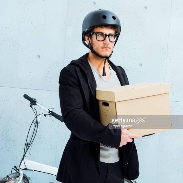 Cool junger Mann mit faltbare Fahrrad