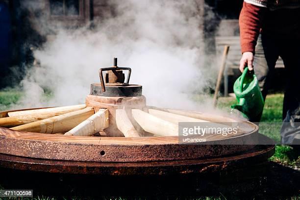 Kühlende die Zeit reifen auf einem hölzernen Rad schlagen, traditionelle wheelwright