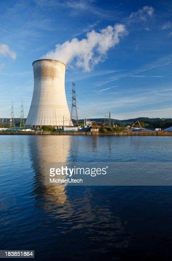 クーリングタワーの原子力発電所で川