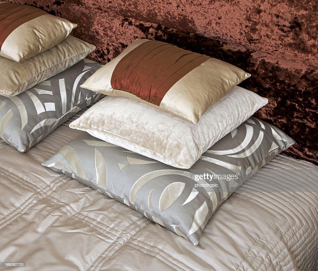 kupfer kissen aus seide stock foto getty images. Black Bedroom Furniture Sets. Home Design Ideas