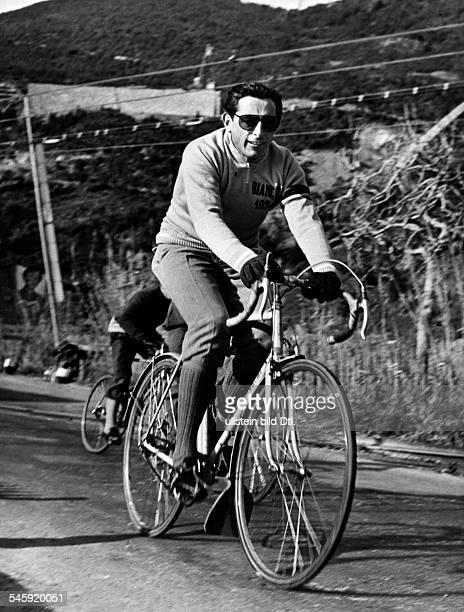 Coppi Fausto *Radrennfahrer Italien'Il Campionissimo' auf einem Sportrad an der Riviera 1954