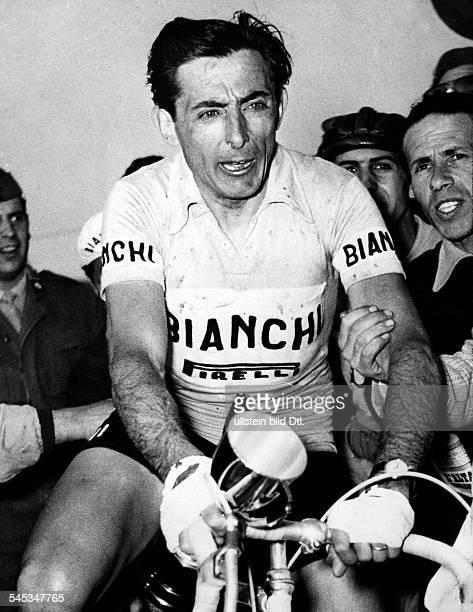 Coppi Fausto *Radrennfahrer Italien'Il Campionissimo' auf seinem Rad von Fans umringt als Sieger des 'Giro di Campania' in der Hand der Einaudi Cup