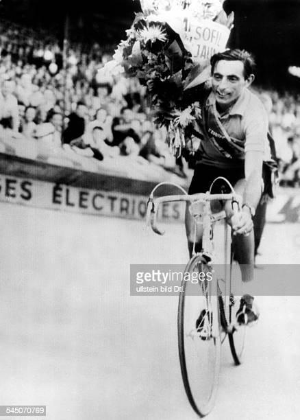 Coppi Fausto *Radrennfahrer Italien'Il Campionissimo' nach seinem Sieg bei der 'Tour de France' 1952