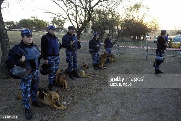 Efectivos de la policia argentina vigilan el acceso de prensa en el predio donde se desarrollara la XXX Cumbre del Mercosur en Cordoba Argentina el...