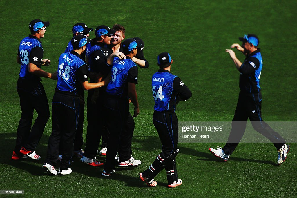 <a gi-track='captionPersonalityLinkClicked' href=/galleries/search?phrase=Corey+Anderson+-+Joueur+de+cricket&family=editorial&specificpeople=12457249 ng-click='$event.stopPropagation()'>Corey Anderson</a> of New Zealand celebrates the wicket of Rilee Rossouw of South Africa with <a gi-track='captionPersonalityLinkClicked' href=/galleries/search?phrase=Martin+Guptill&family=editorial&specificpeople=797559 ng-click='$event.stopPropagation()'>Martin Guptill</a> of New Zealand during the 2015 Cricket World Cup Semi Final match between New Zealand and South Africa at Eden Park on March 24, 2015 in Auckland, New Zealand.