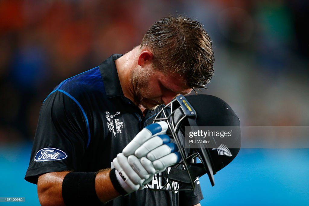 <a gi-track='captionPersonalityLinkClicked' href=/galleries/search?phrase=Corey+Anderson+-+Joueur+de+cricket&family=editorial&specificpeople=12457249 ng-click='$event.stopPropagation()'>Corey Anderson</a> of New Zealand reacts after going out during the 2015 Cricket World Cup Semi Final match between New Zealand and South Africa at Eden Park on March 24, 2015 in Auckland, New Zealand.
