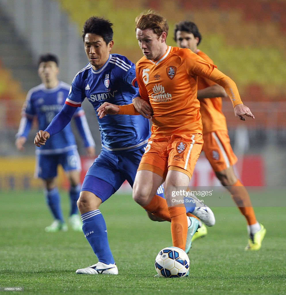 Corey Brown of Brisbane Roar compete for the ball with Oh BeomSeok of Suwon Samsung FC during the AFC Champions League Group G match between Suwon...