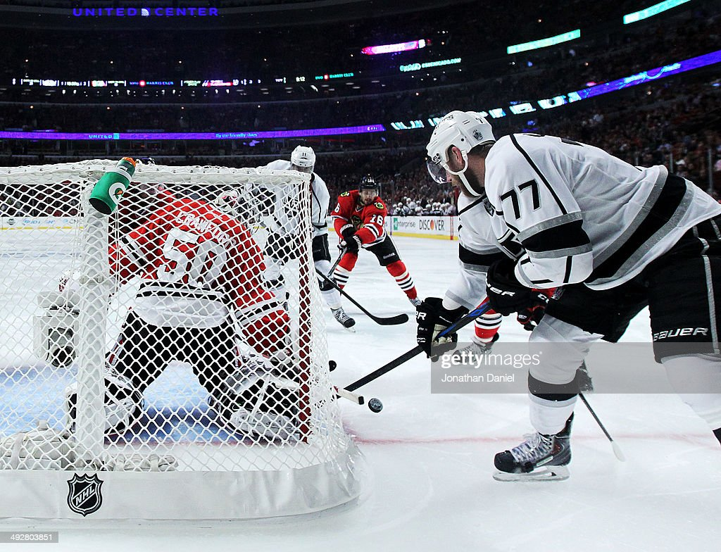 <a gi-track='captionPersonalityLinkClicked' href=/galleries/search?phrase=Corey+Crawford&family=editorial&specificpeople=818935 ng-click='$event.stopPropagation()'>Corey Crawford</a> #50 of the Chicago Blackhawks defends against <a gi-track='captionPersonalityLinkClicked' href=/galleries/search?phrase=Jeff+Carter&family=editorial&specificpeople=227320 ng-click='$event.stopPropagation()'>Jeff Carter</a> #77 of the Los Angeles Kings in the third period of Game Two of the Western Conference Final during the 2014 Stanley Cup Playoffs at United Center on May 21, 2014 in Chicago, Illinois.