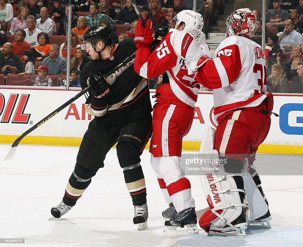 <a gi-track='captionPersonalityLinkClicked' href=/galleries/search?phrase=Corey+Perry&family=editorial&specificpeople=213864 ng-click='$event.stopPropagation()'>Corey Perry</a> #10 of the Anaheim Ducks mixes it up with <a gi-track='captionPersonalityLinkClicked' href=/galleries/search?phrase=Niklas+Kronwall&family=editorial&specificpeople=220826 ng-click='$event.stopPropagation()'>Niklas Kronwall</a> #55 of the Detroit Red Wings as goalie <a gi-track='captionPersonalityLinkClicked' href=/galleries/search?phrase=Jimmy+Howard&family=editorial&specificpeople=2118637 ng-click='$event.stopPropagation()'>Jimmy Howard</a> #35 looks onon March 24, 2013 at Honda Center in Anaheim, California.
