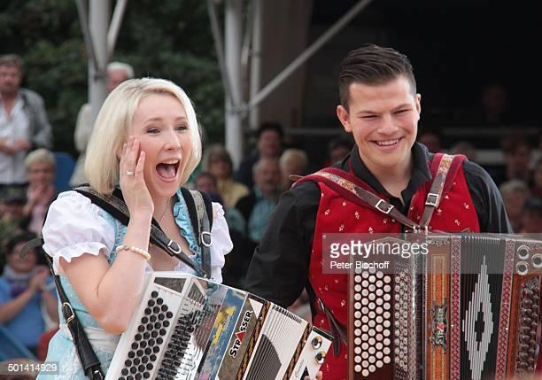Corinna Zollner dahinter Musiker der 'Tonihof Buam' ARDShow 'Immer wieder Sonntags' 'EuropaPark' Rust BadenWürttemberg Deutschland Europa Auftritt...