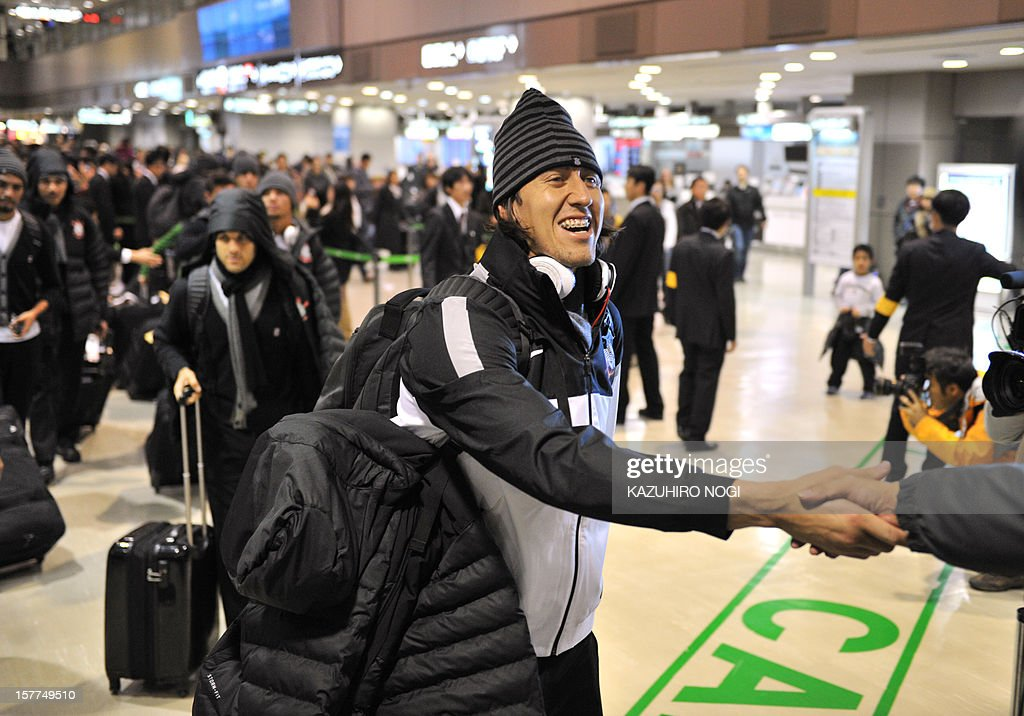 Corinthians goalkeeper Cassio (C) and his teammates arrive for the Club World Cup at Narita airport on December 6, 2012. AFP PHOTO / KAZUHIRO NOGI