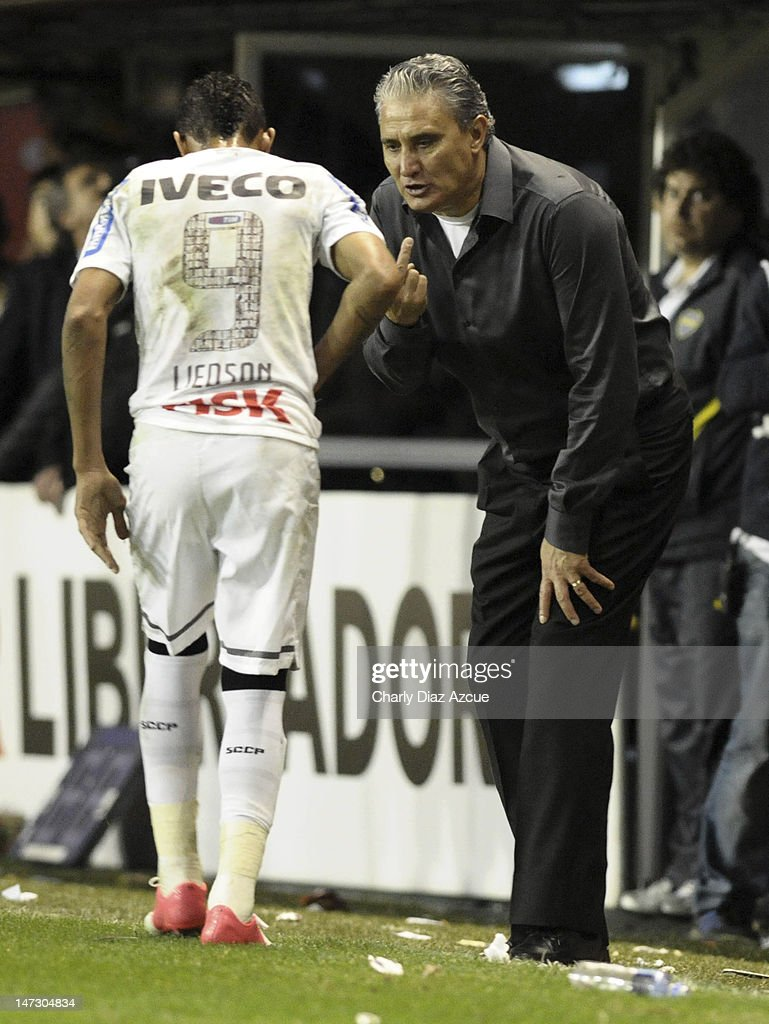 Corinthians's coach Adenor Leonardo Bacchi (R) talks with <a gi-track='captionPersonalityLinkClicked' href=/galleries/search?phrase=Liedson&family=editorial&specificpeople=674137 ng-click='$event.stopPropagation()'>Liedson</a> during soccer match between Boca Juniors and Corinthians as part of the first leg of the Libertadores Cup 2012 finals at the Bombonera Stadium on June 27, 2012 in Buenos Aires, Argentina.
