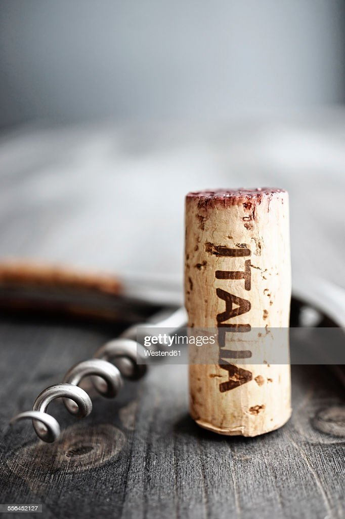 Corkscrew and wine cork with the word Italia