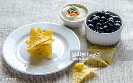 Mais-chips, hummus und Oliven : Stock-Foto