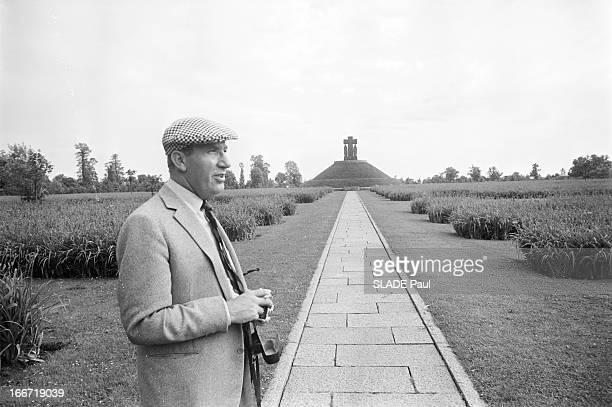 Cornelius Ryan At Omaha Beach Omaha Beach 5 Juin 1964 Cornelius RYAN historiographe américain de la guerre au cimetière de La Cambe le plus grand...
