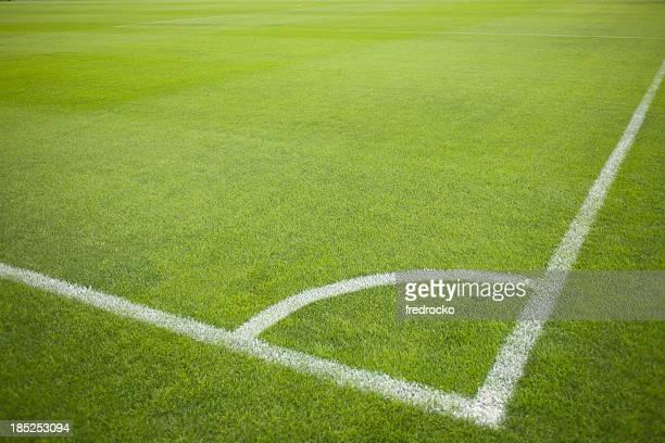 Saque de esquina en campo de fútbol durante el partido de fútbol
