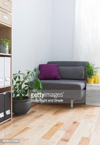 Ecke Ein Wohnzimmer Mit Grauer Sessel Und Pflanzen Stock Foto