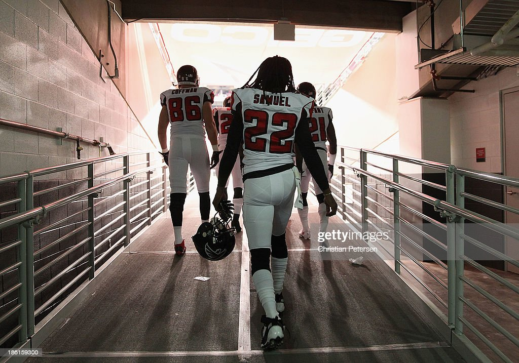 Cornerback <a gi-track='captionPersonalityLinkClicked' href=/galleries/search?phrase=Asante+Samuel&family=editorial&specificpeople=194913 ng-click='$event.stopPropagation()'>Asante Samuel</a> #22 of the Atlanta Falcons walks out onto the field before the NFL game against the Arizona Cardinals at the University of Phoenix Stadium on October 27, 2013 in Glendale, Arizona. The Cardinals defeated the Falcons 27-13.