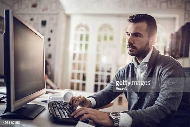 Corporate Geschäftsmann Arbeiten auf desktop-PC im Büro.
