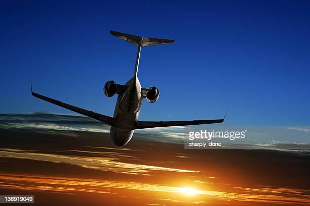 XL entreprise jet avion volant au coucher du soleil