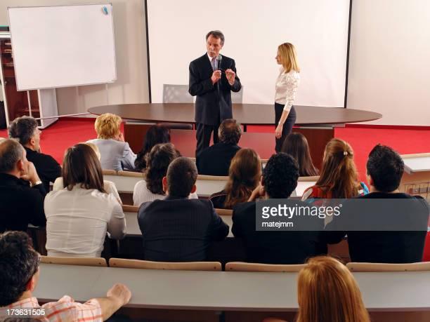 Les cours de couple d'affaires en auditorium