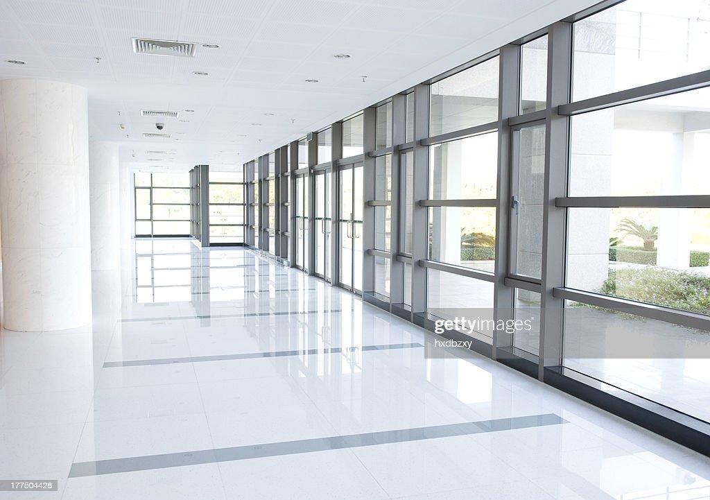 Couloir de limmeuble de bureaux photo thinkstock