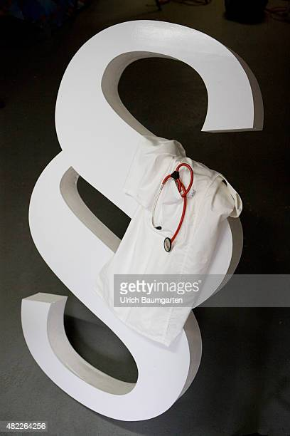 Corruption in the health sector Government wants to punish corrupt doctors harder Symbol photo with section mark doctor's smock and a stethoscope