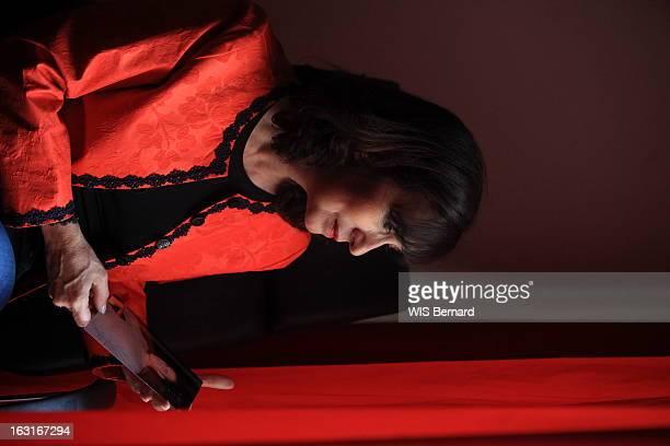 Campana Frederique Corse mai 2012 Attitude de l'avocate Frédérique CAMPANA regardant une photo de son fils aîné Guy Orsini incarcéré depuis plus d'un...