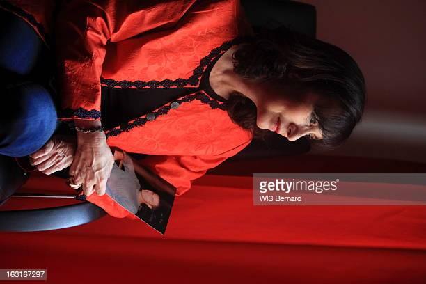 Campana Frederique Corse mai 2012 Attitude de l'avocate Frédérique CAMPANA tenant une photo de son fils aîné Guy Orsini incarcéré depuis plus d'un an...