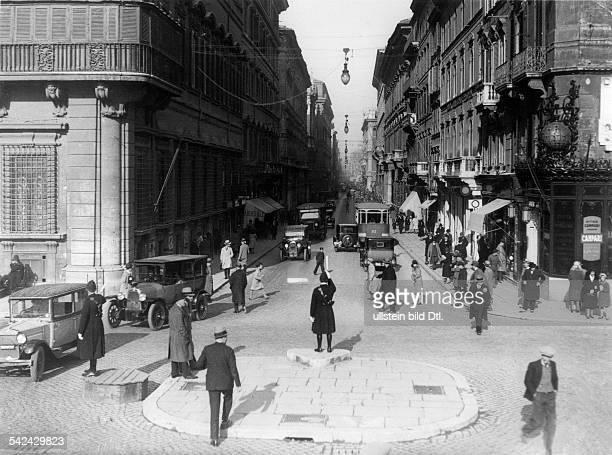 Corso von der Piazza Venezia zur Piazza del Popolo in Rom Verkehrspolizisten regeln den Verkehr 1932