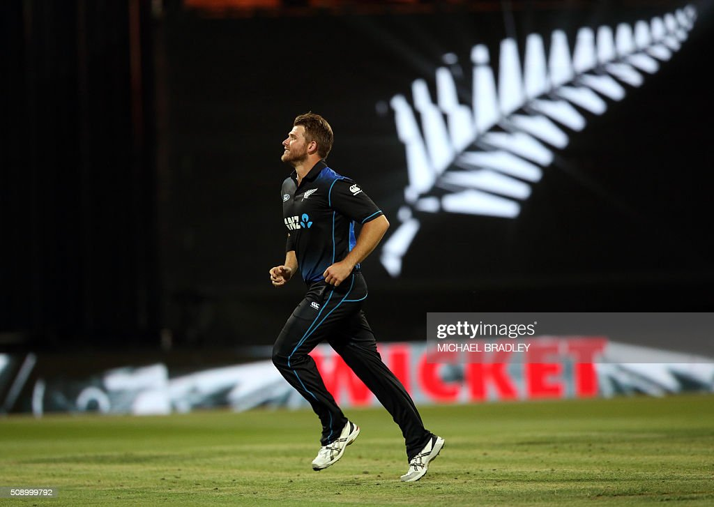 Cory Anderson of New Zealand celebrates the wicket of John Hastings of Australia during the third one-day international cricket match between New Zealand and Australia at Seddon Park in Hamilton on February 8, 2016.   AFP PHOTO / MICHAEL BRADLEY / AFP / MICHAEL BRADLEY