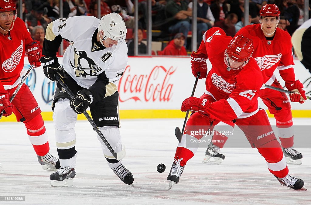 <a gi-track='captionPersonalityLinkClicked' href=/galleries/search?phrase=Cory+Emmerton&family=editorial&specificpeople=570505 ng-click='$event.stopPropagation()'>Cory Emmerton</a> #25 of the Detroit Red Wings battles for the puck with Evgeni Malkin #71 of the Pittsburgh Penguins in the second period during a pre season game at Joe Louis Arena on September 25, 2013 in Detroit, Michigan.