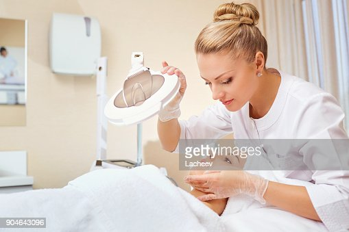 Cosmetologist is a professional with a patient in the office of : Foto stock