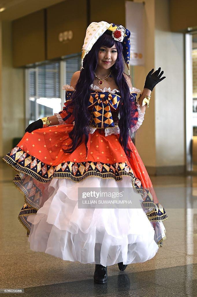 A cosplayer poses for photographers at Bangkok Comic Con in Bangkok on April 29, 2016. / AFP / LILLIAN