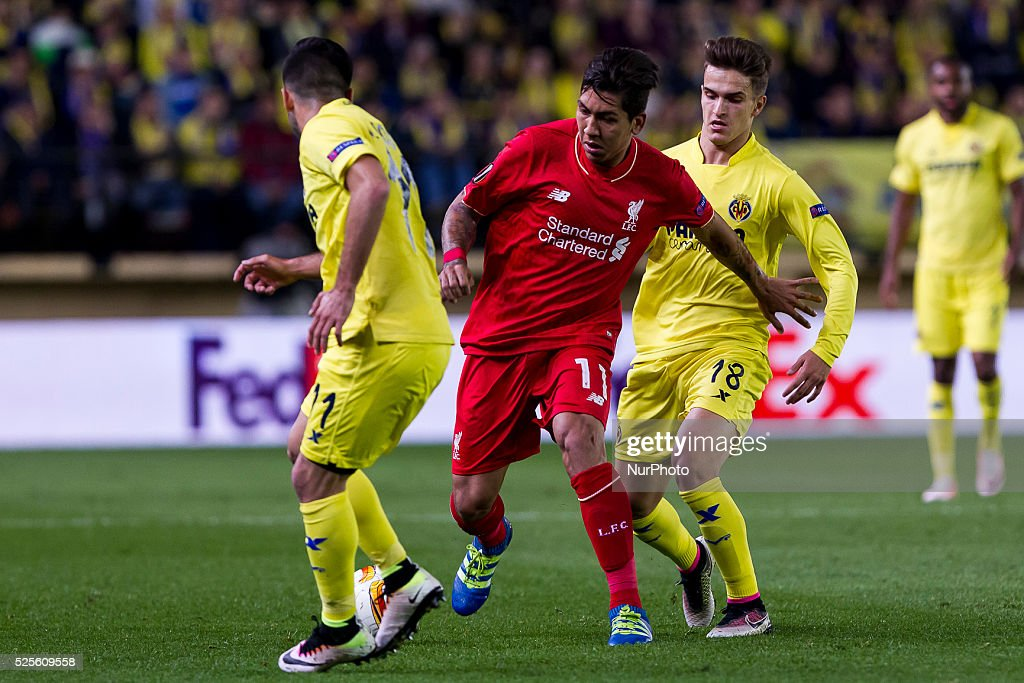 11 J. Costa of Villarreal CF (L) and 11 Forward of Liverpool FC Roberto Firmino (C) 18 Denis Suarez of Villarreal CF (R) during UEFA Europa League semi-final first leg match between Villarreal CF and Liverpool FC at El Madrigal Stadium in Villarreal on April 28, 2016.