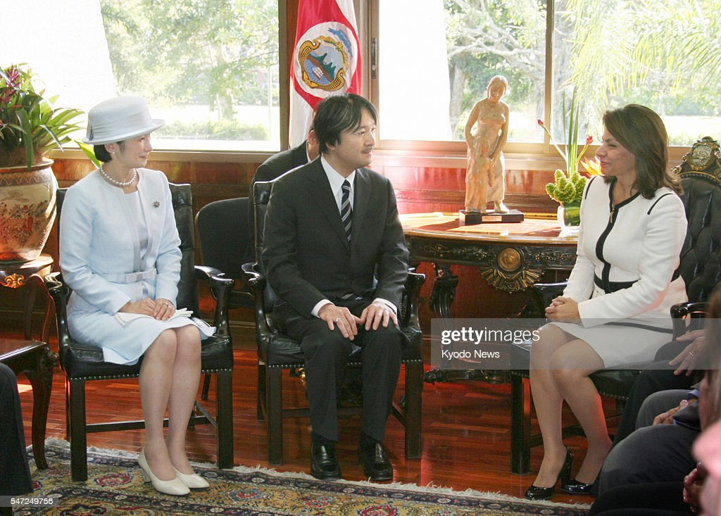 SAN JOSE Costa Rica Japanese Prince Akishino and his wife Princess Kiko speak with Costa Rican President Laura Chinchilla during their meeting in San...