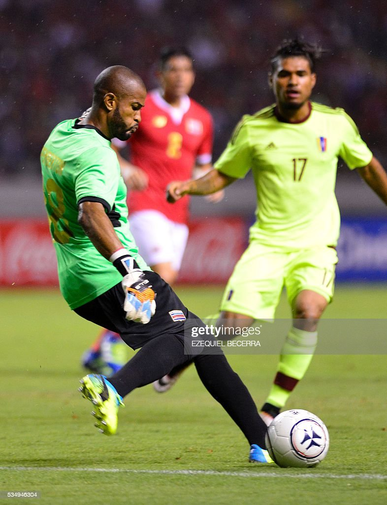 Costa Rican goalkeeper Patrick Pemberton controls the ball during a friendly match against Venezuela at the National Stadium in San Jose on May 27, 2016. / AFP / Ezequiel Becerra