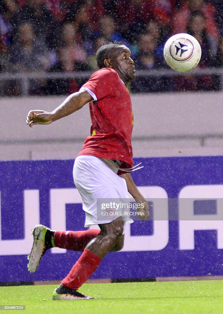 Costa Rican player Joel Campbell controls the ball during s friendly match with Venezuela at the National Stadium in San Jose on May 27, 2016. / AFP / Ezequiel Becerra