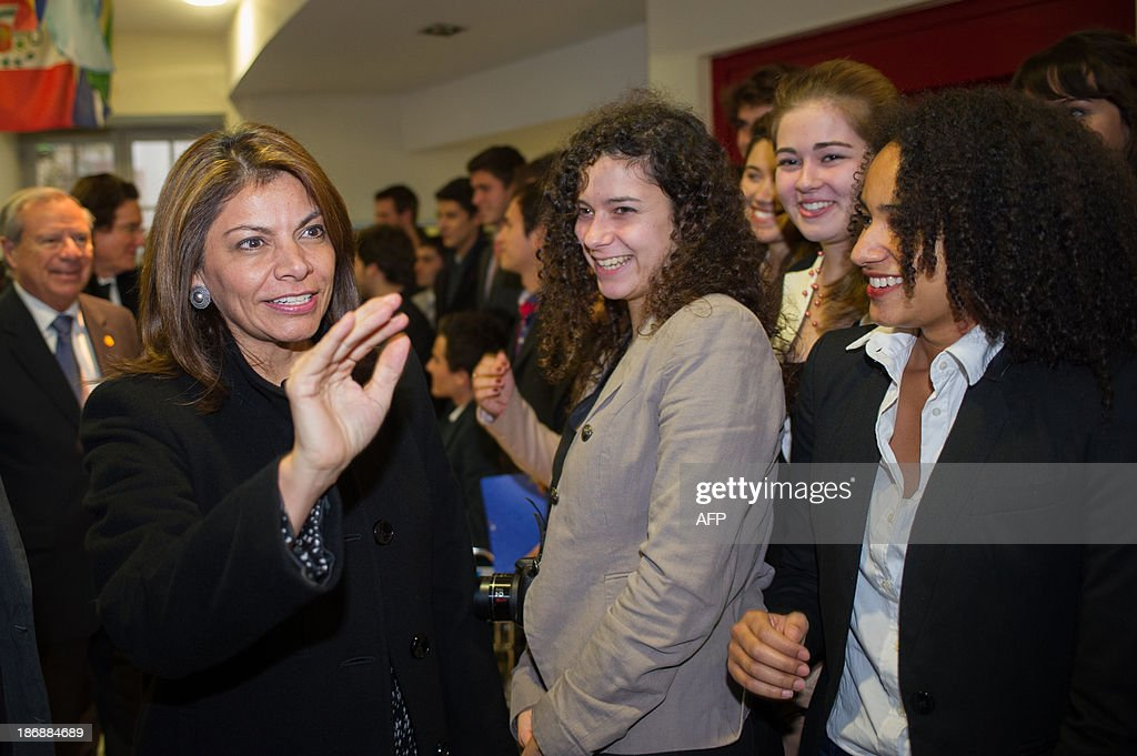 Costa Rican President Laura Chinchilla (L) meets students on November 4, 2013 at the Euro-Latino American political science university campus in the central French town of Poitiers.