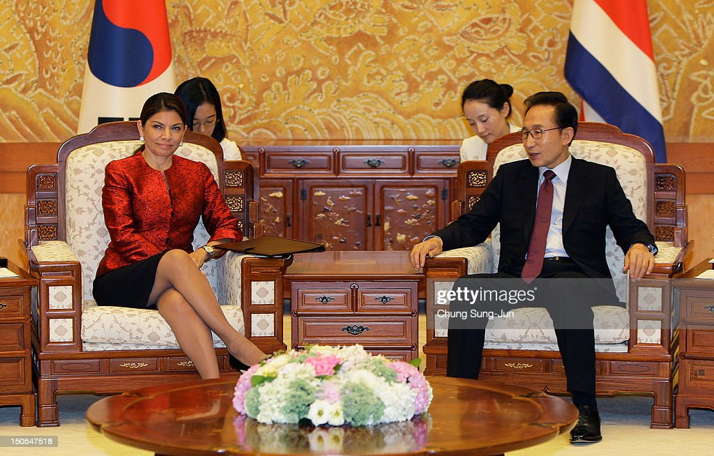 Costa Rican President Laura Chinchilla talks with South Korean President Lee MyungBak during their meeting at the presidential house on August 21...