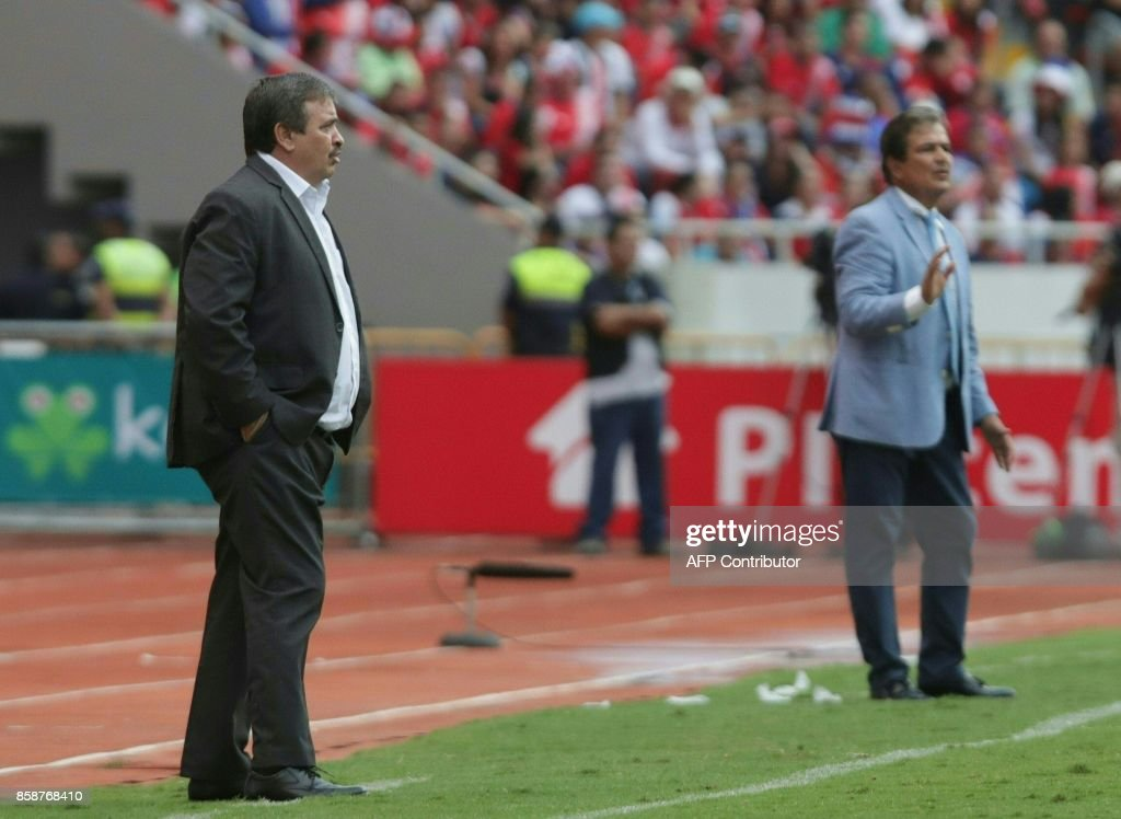 Costa Rica's coach Oscar Ramirez (L) and Honduras' coach Jorge Luis Pinto gesture during their 2018 World Cup qualifier football match, in San Jose on October 7, 2017. / AFP PHOTO / Jorge RENDON
